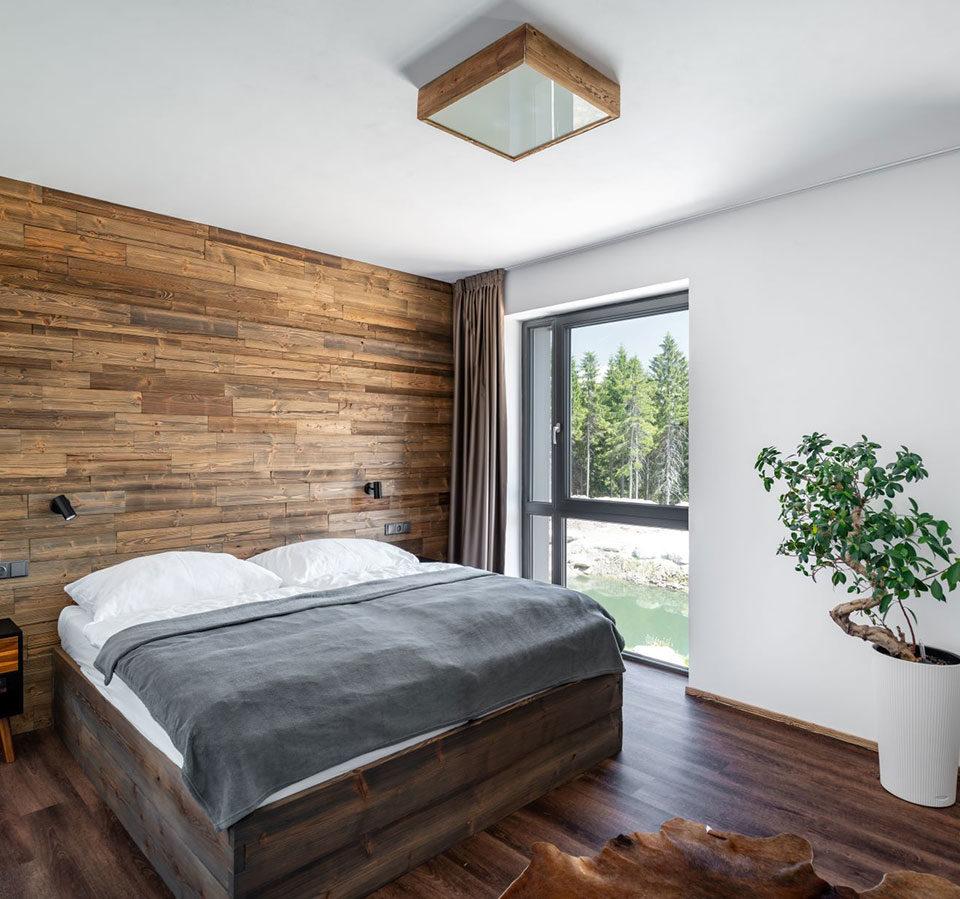 Dominantou-interiéru-sú-drevené-obklady-zo-starého-dreva-s-kartáčovaným-povrchom.-Deceuninck